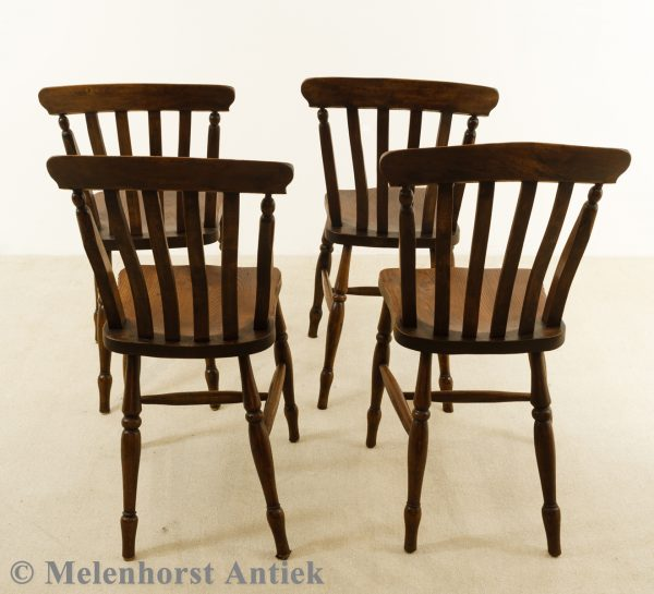 Antieke houten stoelen
