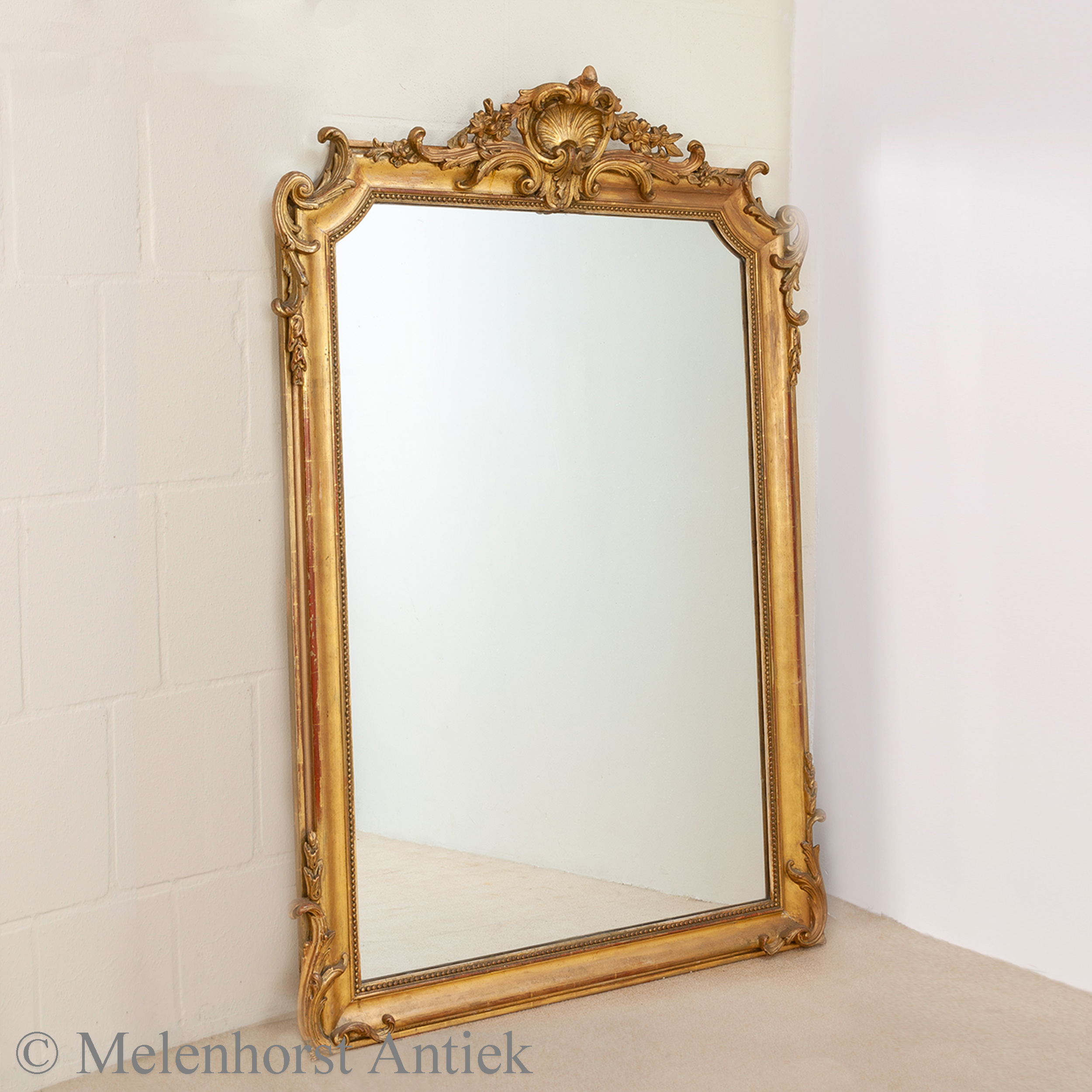 Antieke spiegel met vergulde houten lijst