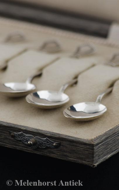 Twaalf zilveren theelepels
