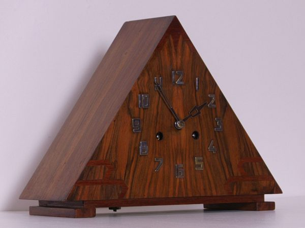 Driehoekige Amsterdamse school pendule
