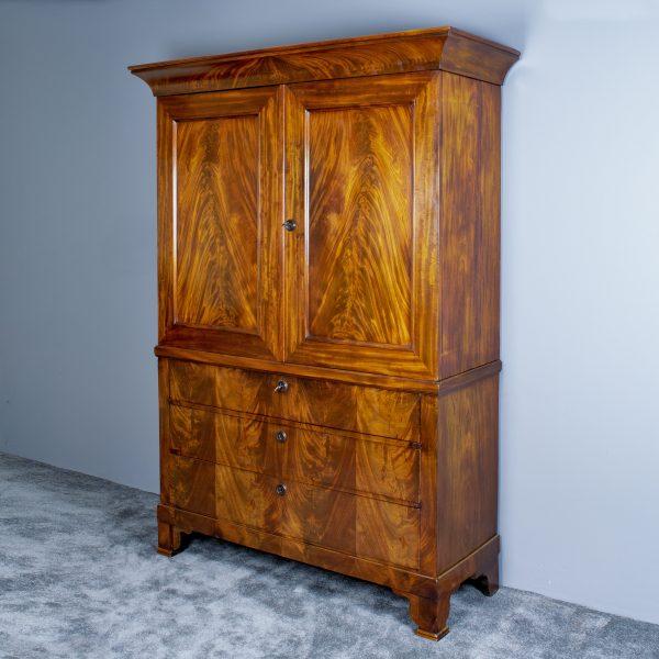 Klein antiek kabinet