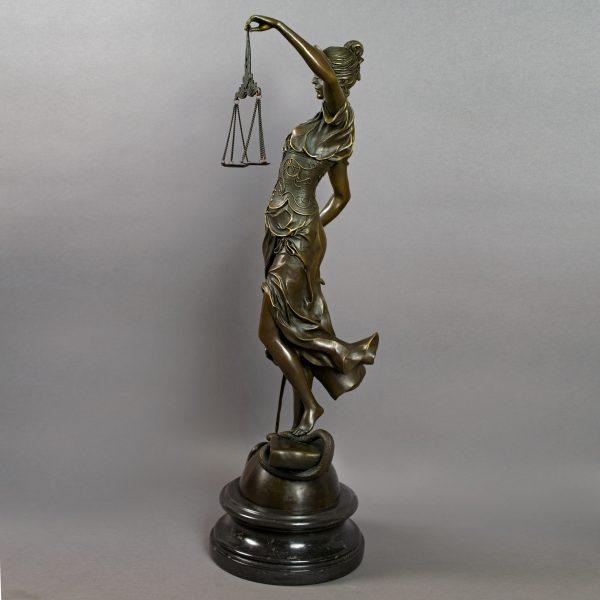 Beeld Vrouwe Justitia groot