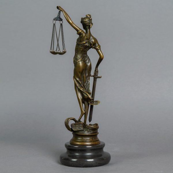 Beeld Vrouwe Justitia klein
