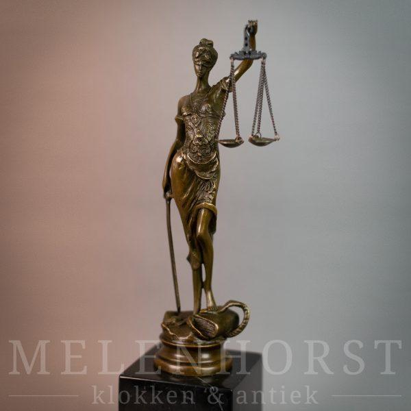 Beeld Vrouwe Justitia op marmeren voet