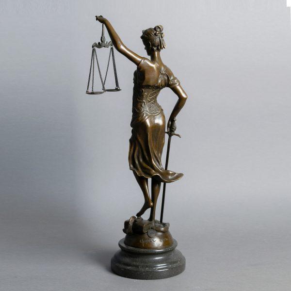 Beeld Vrouwe Justitia midden