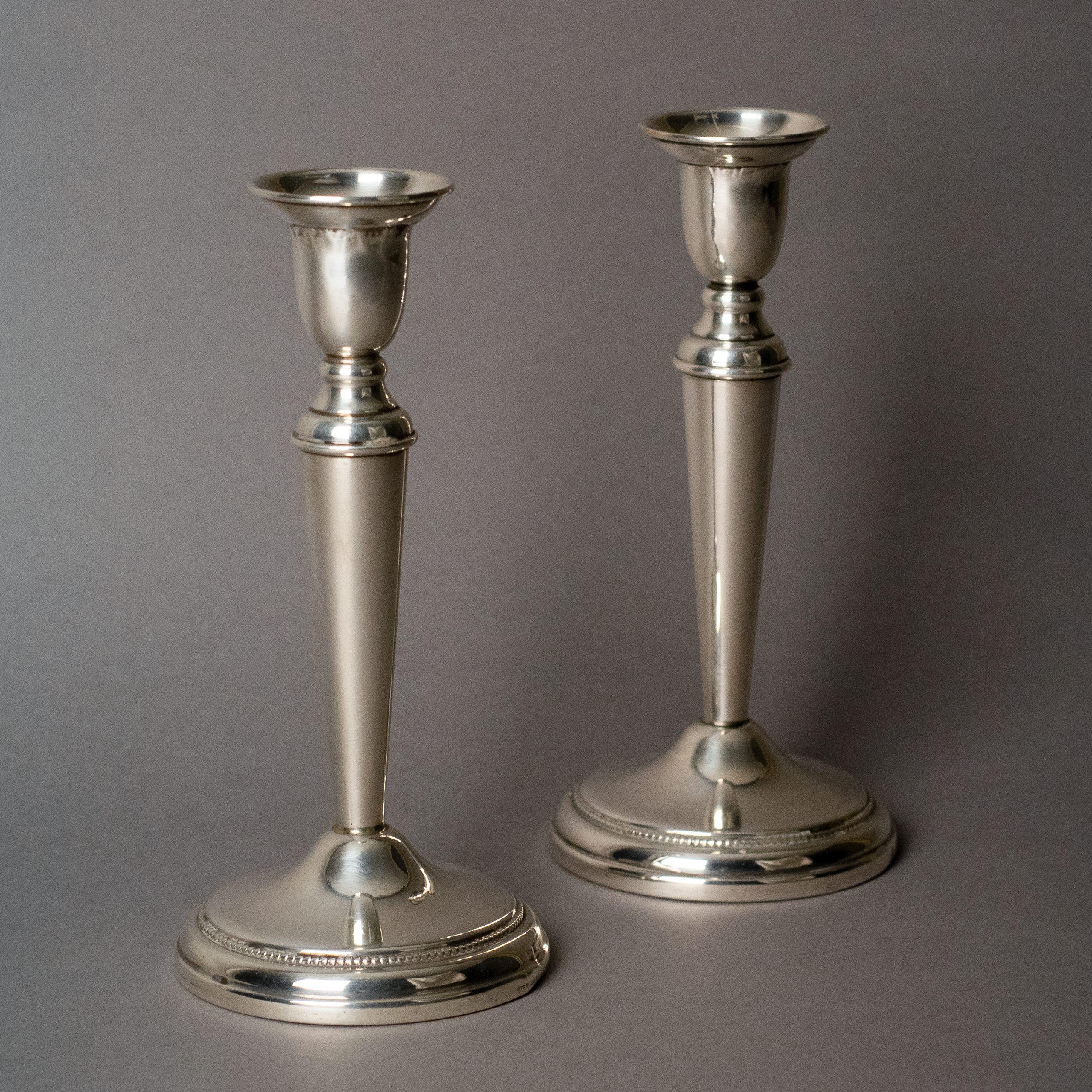 Zilveren kandelaars met parelrand